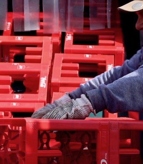 Foto medewerker coca cola krat